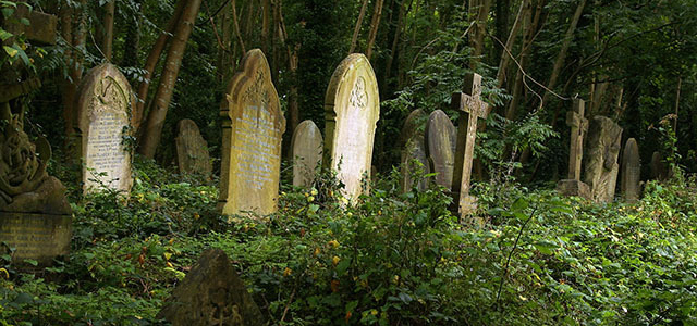 Cemeteries are the everlasting resting places of the dead, long thought to be the best places to find restless spirits & ghosts that still roam this earth!
